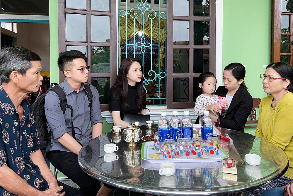 Đỗ Mỹ Linh, Tiểu Vy giúp đỡ bà con vùng lũ - 12
