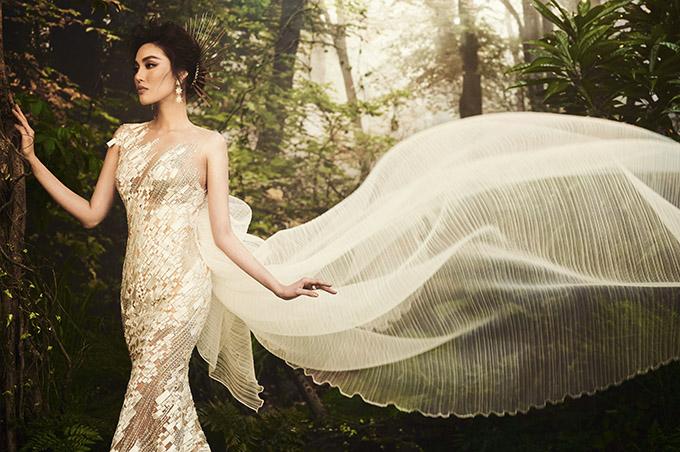 Cô được nhiều người khen ngày càng xinh đẹp, trẻ trung sau khi kết hôn và làm mẹ.