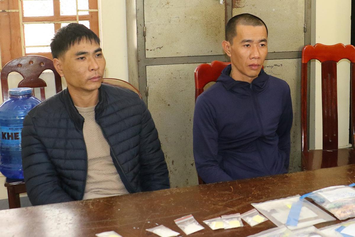 Tuấn và Tài sau khi bị bắt.
