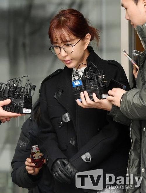Shoo cúi mặt khi trả lời phỏng vấn báo chí vì vụ cờ bạc, nợ nần.