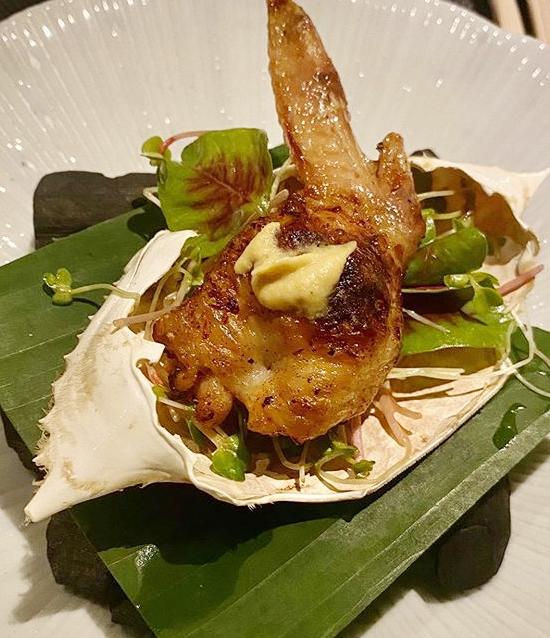 Cánh gà và 5 loại nấm cơ bản, phục vụ trong mai cua. Đây là món ăn khá phổ biến mà nhiều thực khách tới đây đều muốn thưởng thức. Cánh gà được nướng vừa đủ, ăn kèm rau mầm, nấm và loại nước sốt đặc biệt.