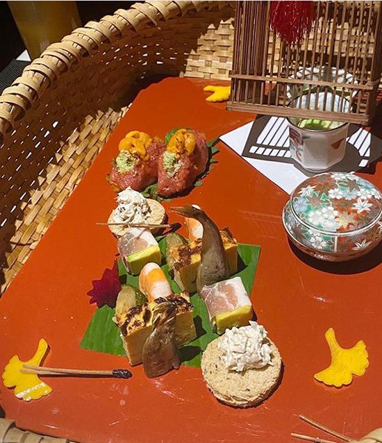 Nhà hàng phục vụ hình thức gọi món hoặc omakase - hình thức phục vụ mà thực khách không được lựa chọn món ăn mà quyền quyết định thuộc về các đầu bếp. Họ sẽ chọn ra loại nguyên liệu tươi ngon nhất ngày hôm đó, chế biến sáng tạo thành những món ăn độc đáo. Giá của các suất omakase ở nhà hàng này có 2 mức: một triệu đồng và hai triệu đồng/người.