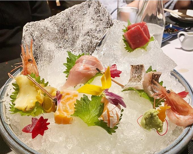 Set sashimi tươi ngon bày trên bát đá để đảm bảo độ tươi ngon. Nguyên liệu cá của nhà hàng đều được nhập khẩu từ Hokkaido - thủ đô của những loại cá hảo hạng, chuyên dùng để làm sushi, sashimi. Menu gồm có nhiều món tươi ngon và cung cấp theo mùa để đảm bảo chất lượng như cá hồi, cá trích, cá ngừ, nhum biển, cá mòi, trứng cá muối...