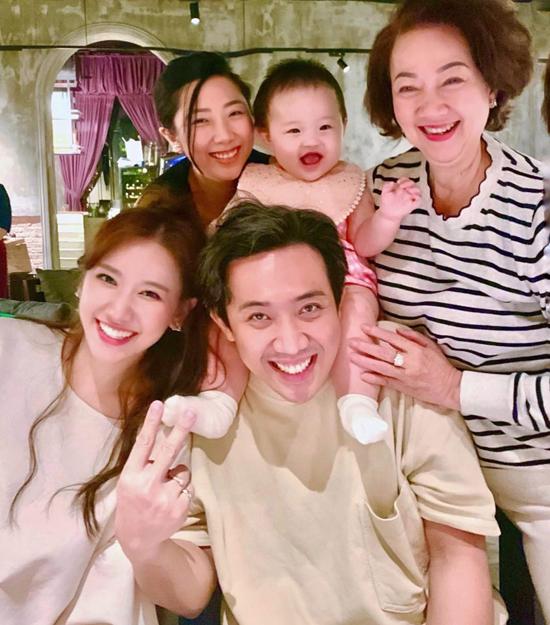 Nhà hàng có không gian hiện đại, tone màu tối sang trọng. Ngoài hai vợ chồng, tiệc sinh nhật mẹ Trấn Thành còn có hai cô em gái là Huỳnh Uyển Ân, Huỳnh Mi và con gái.