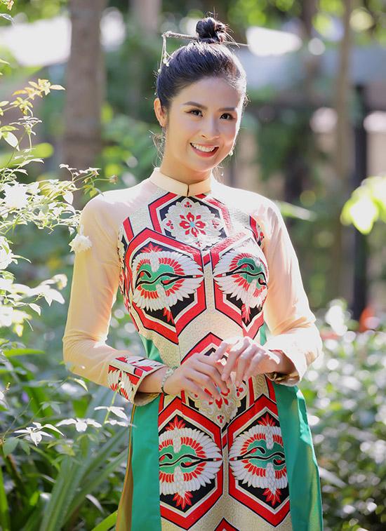 Ngọc Hân diện áo dài đi làm giám khảo Miss Tourism Vietnam 2020. Trông cô rạng rỡ, đầy năng lượng.