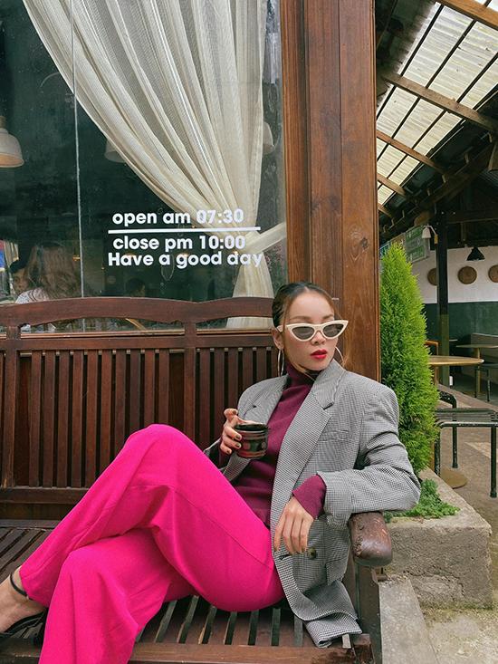 Nếu muốn nổi bật và thu hút mọi ánh nhìn khi ra phố uống cafe thì các nàng có thể chọn trang phục bắt mắt như Yến Trang.
