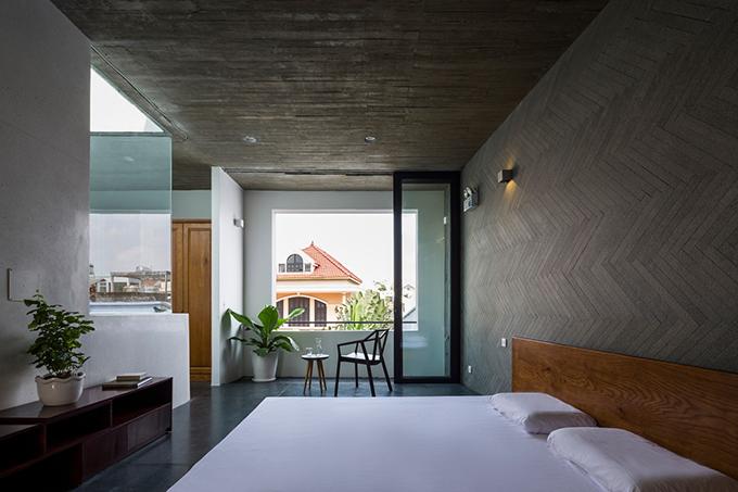Gia chủ chỉ muốn nhà có hai phòng ngủ, một yêu cầu lạ đối với kiểu nhà đô thị Việt Nam. Qua nghiên cứu, thảo luận, nhóm KTS đã tư vấn phương án bố trí hai phòng ngủ, phòng thờ lên tầng 3 hoặc cao hơn, để tầng 1, tầng 2 trở thành không gian ngoài trời thay vì tạo sân vườn phía trước.