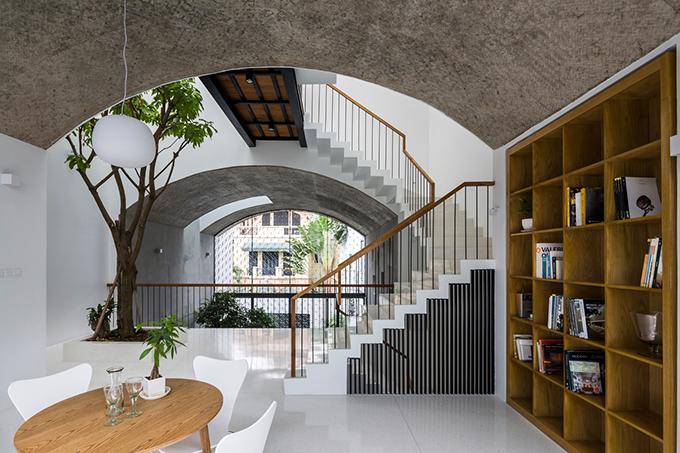 Tổng thể của nhà được tạo thành từ ba khối hộp được khoét rỗng theo hình vòm, bao quanh phòng làm việc, phòng khách. Các không gian vòm rỗng được kết nối ba chiều.