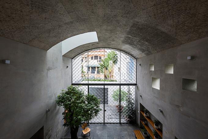 Khi bước vào nhà, bạn sẽ nhìn thấy ba hình vòm như hang động. Ánh sáng được truyền vào các không gian vòm từ nhiều nơi khác nhau qua các khoảng không gian trống và cửa sổ. Do đó, mọi người có thể tận hưởng sự thay đổi ánh sáng theo thời gian, thời tiết.