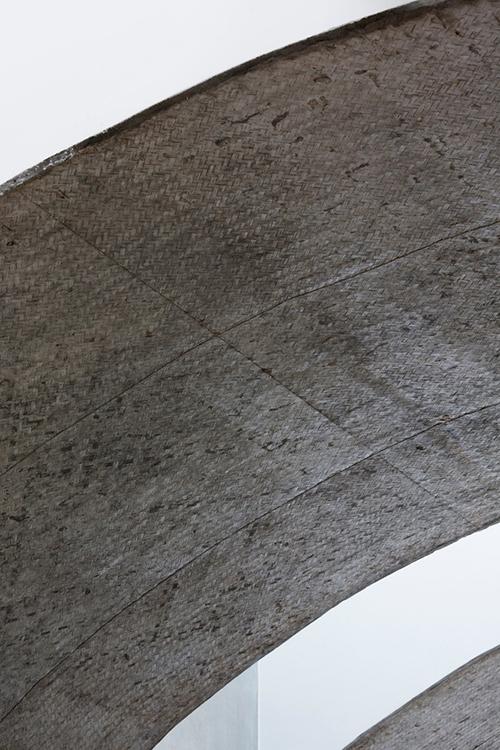 Cận cảnh mái vòm làm từ khuôn bê tông bằng tấm tre đan.