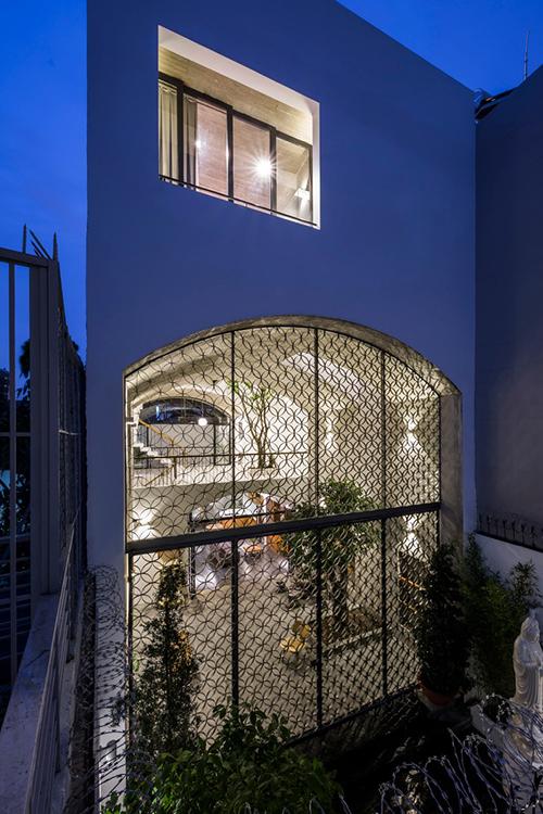 Công trình dành cho 3 người ở, nằm trong khu dân cư mật độ cao. Giống các nhà phố điển hình của Việt Nam, khu đất xây dựng công trình chật hẹp đến mức hầu như không có sân vườn, nhưng gia chủ mong muốn có ngôi nhà mở, không gian ngoài trời sáng sủa, rộng rãi. Đường trước nhà là ngõ hẹp, nhà dân trong xóm mọc san sát nhau.