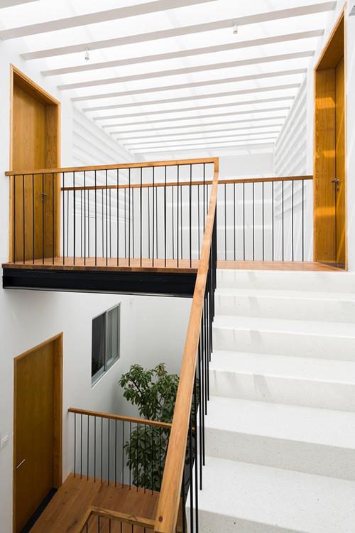 Khoảng trống giữa các không gian ở tầng ba tạo sự lưu thông cho cầu thang, hệ thống tản nhiệt giúp ánh sáng tự nhiên tiếp cận nhà ở từ trên cao và thông gió khắp toà nhà. Hầu hết các không gian nhà, trừ hai phòng ngủ đều tạo nên môi trường như ngoài trời, có gió dễ chịu.