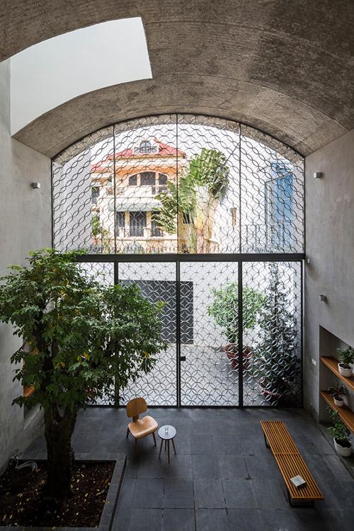 Ngôi nhà tại quận Bình Thạnh, gần trung tâm TP HCM có diện tích 380 m2, được hoàn thiện năm 2019 bởi nhóm kiến trúc sư (KTS) của Sanuki Daisuke architects.