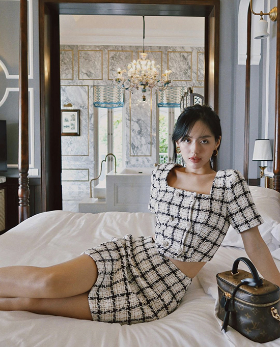 Những cô nàng yêu trang phục vải tweed thì có thể tham khảo cách chọn váy áo đồng điệu chất liệu như Khánh Linh.
