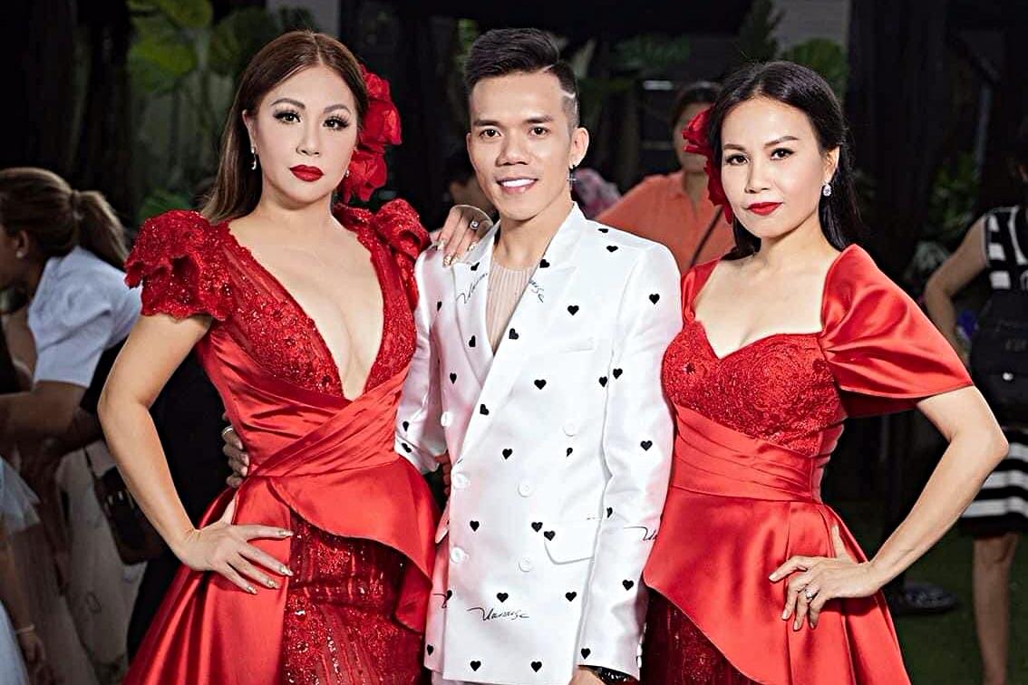 Mới đây, Minh Tuyết trở về Việt Nam. Cô kết hợp chị gái - ca sĩ Cẩm Ly (phải) - tham gia trình diễn bộ sưu tập của nhà thiết kế Tuấn Trần tại show thời trang Pink Kids.