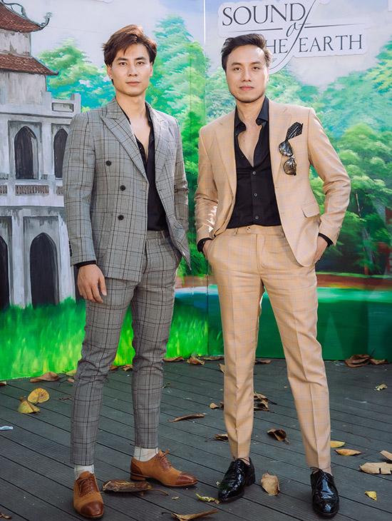 Dương Quốc Hưng đọ phong độ với siêu mẫu Mai Tuấn Anh - á vương Manhunt International 2018 (trái).