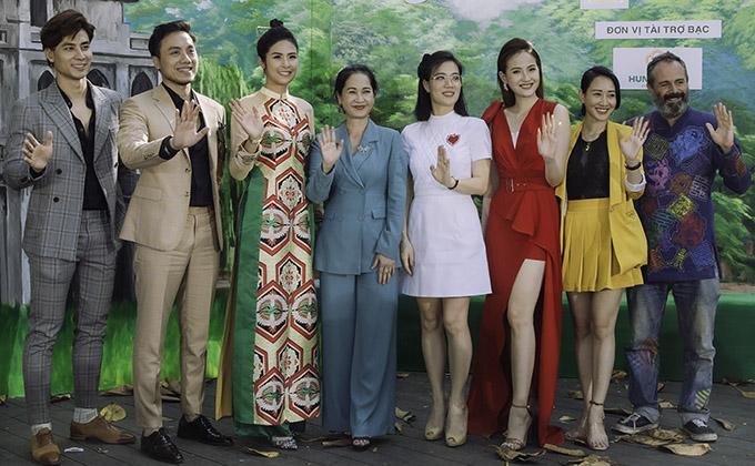 Thành viên ban giám khảo chấm thi sơ tuyển phía Bắc của Miss Tourism Vietnam còn có nhà thiết kế Diego Cortizas Del Valle (ngoài cùng bên phải), nhà thiết kế Valentine Vân Nguyễn (váy vàng) và doanh nhân Thu Hiền (váy trắng).
