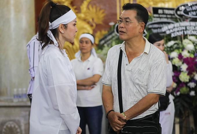 Nghệ sĩ Hữu Nghĩa (phải) trò chuyện với người thân của nghệ sĩ Lý Huỳnh trong đám tang.