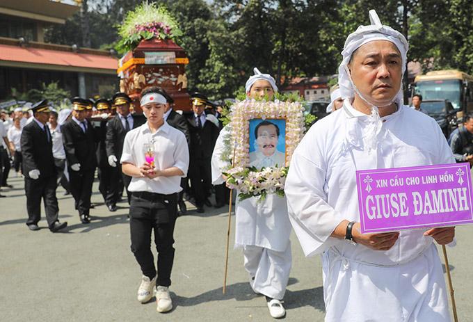 10h Lý Hùng cùng gia đình, bạn bè đưa thi hài NSND Lý Huỳnh về nơi an nghỉ cuối cùng ở nghĩa trang Phúc An Viên, quận 9.