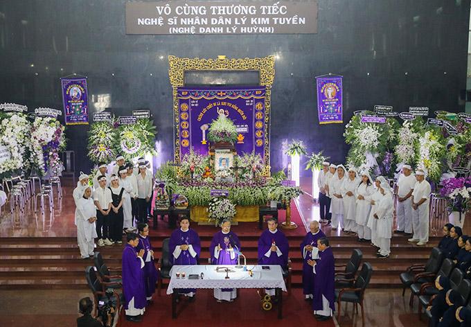 8h sáng nay lễ tang NSND Lý Huỳnh diễn ra theo nghi thức Công giáo tại Nhà tang lễ Bộ Quốc Phòng TP HCM.