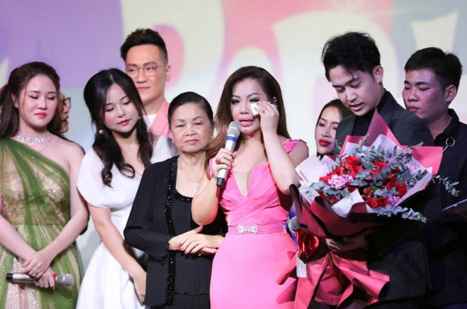 Hôm 18/10, Minh Tuyết tổ chức minishow mừng tuổi 44. Cô bật khóc trước tình cảm của người thân, khán giả và học trò dành cho mình.