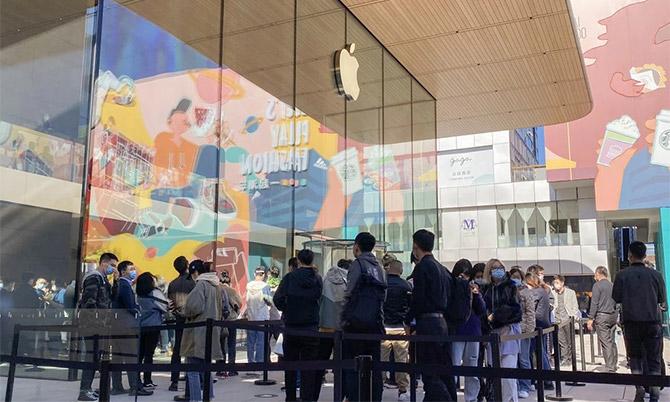 Dòng người xếp hàng chờ mua iPhone 12 ở Apple Store ở Bắc Kinh trưa 23/10. Ảnh: SCMP.