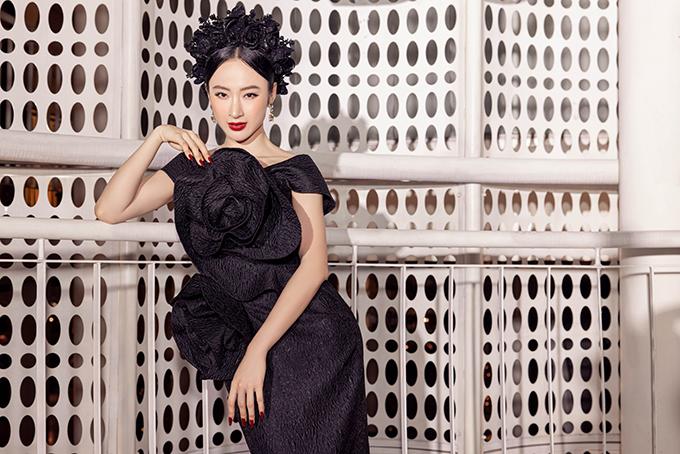Sau một thời gian dài gần như vắng bóng trong mọi hoạt động của showbiz và làng thời trang Việt, Angela Phương Trinh bất ngờ tái xuất khi góp mặt tại show diễn giới thiệu thương hiệu SIX DO của nhà thiết kế Đỗ Mạnh Cường.