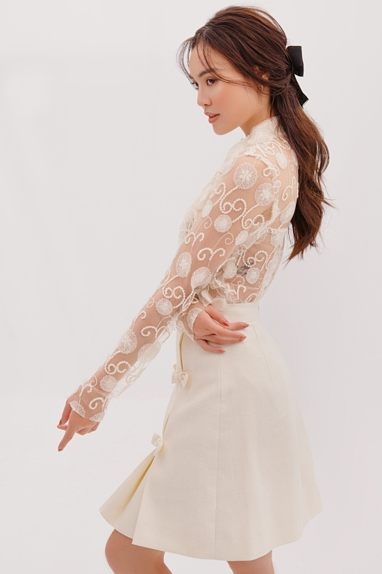 Lan Ngọc gợi ý kết hợp kiểu tóc cột cao, trang điểm nhẹ nhàng phù hợp tổng thể.