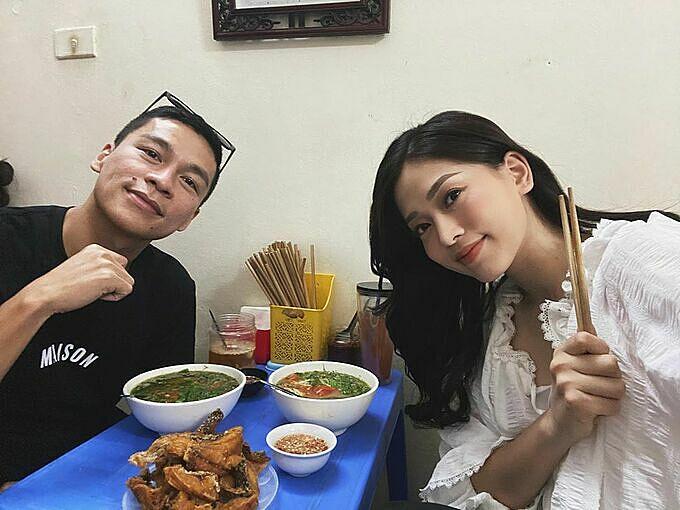 Phương Nga, Adrian Anh Tuấn xếp hàng ăn bún cá chấm Hà Nội