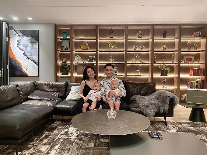 Vợ chồng MC Thành Trung bên hai con song sinh.