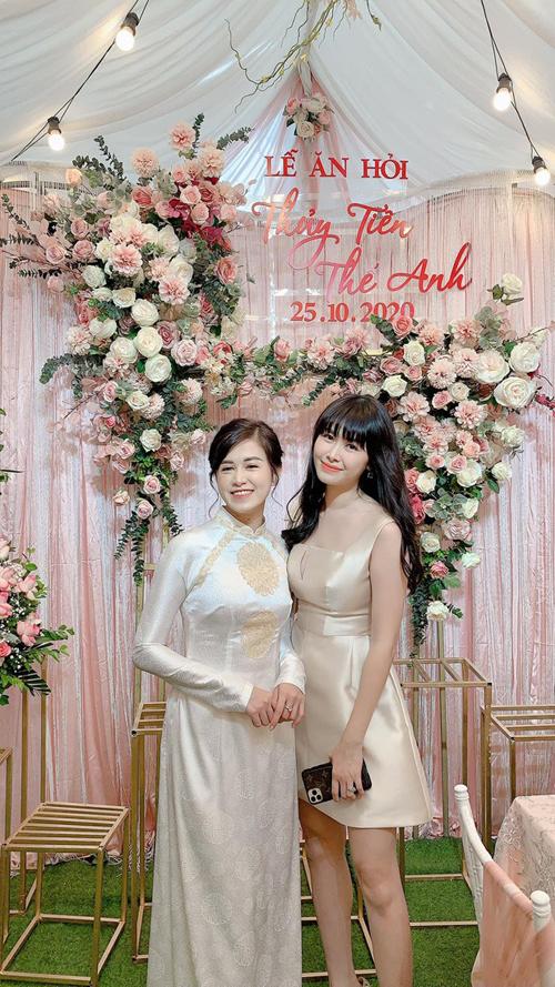 Trong những bức ảnh chụp buổi lễ ăn hỏi, nhiều fan gửi lời khen tới Thủy Tiên vì có nhan sắc xinh đẹp. Cô sinh năm 1992, đang hoạt động ở lĩnh vực kinh doanh.