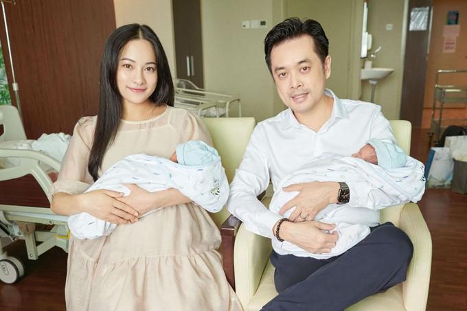 Hai vợ chồng Sara Lưu - Dương Khắc Linh bên hai con trai sinh đôi - bé Mickey và Jerry.