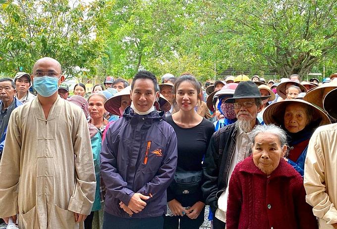 Vợ chồng Lý Hải - Minh Hà trong chuyến đi từ thiện giúp bà con vùng lũ ở Huế.