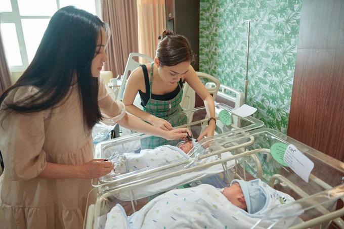 Chị gái Sara Lưu - Lưu Hiền Trinh tới giúp em gái trong ngày xuất viện.