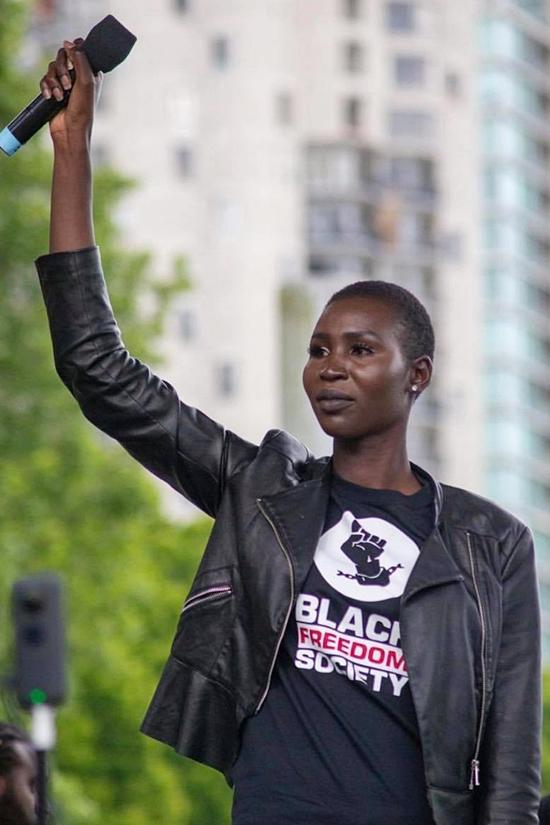 Người đẹp còn tích cực hoạt động nhân quyền, bảo vệ quyền lợi của người phụ nữ da màu.