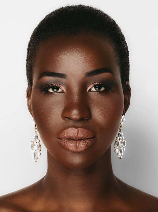 Tuy nhiên, nhan sắc của Nova nhận phải nhiều ý kiến chê bai. Gương mặt có phần góc cạnh, đôi môi dày là những điểm chưa hài hòa của người đẹp. Song một số khán giả khác bênh vực ngoại hình khác biệt sẽ giúp tân hoa hậu nổi bật, thu hút hơn so với dàn thí sinh tại Miss Universe.
