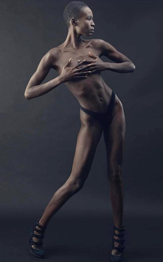 Là một người mẫu chuyên nghiệp, cô thực hiện nhiều bộ ảnh khác nhau, trong đó có cả những loạt ảnh bán nude.
