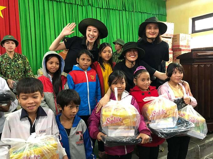 Hoa hậu Khánh Vân và Lê Thúy, Lệ Hằng trao quà cho học sinh và người dân có hoàn cảnh khó khăn tại Huế.
