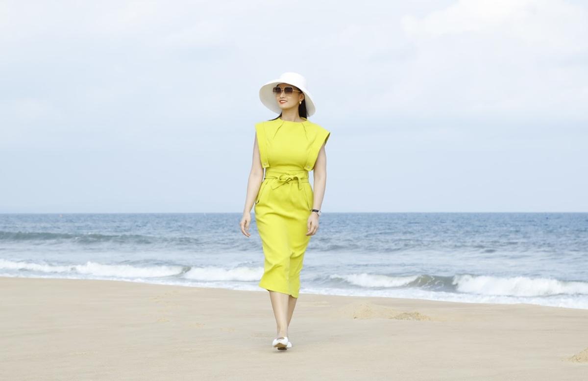 Người đẹp Lã Thanh Huyền diện đầm xanh nõn chuối, đội mũ rộng vành dạo biển. Diễn viên cho hay không gian sự kiện khá lý tưởng, trước mặt là biển, bao bọc xung quanh là những căn biệt thự đơn lập và mảng xanh.