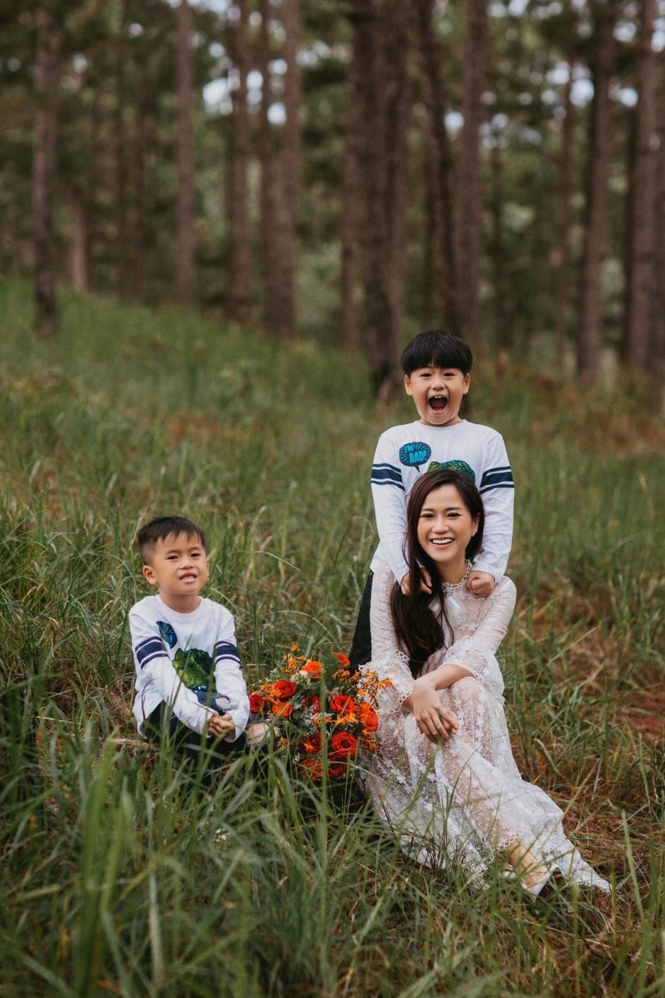 Lâm Vỹ Dạ cùng hai con trai Bánh Mì - Xá Xị. Cô thường áp dụng cách dạy con theo tinh thần ngại gì thử thách để phát triển cả thể chất lẫn tinh thần. Ảnh: Nhân vật cung cấp.