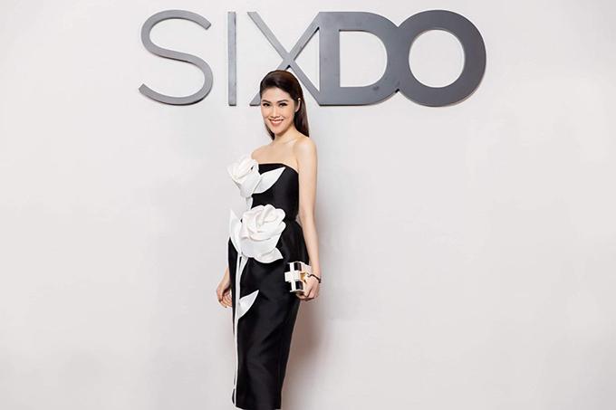 Siêu mẫu Thu Hằng nổi bật trên thảm đổ nhờ thiết kế váy cúp ngực đi kèm hoạ tiết hoa 3D tông màu tương phản.