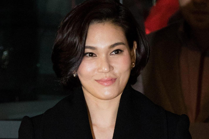 Bà Lee Seo-hyun là con gái thứ ba của cố chủ tịch Samsung Lee Kun Hee. Bà Lee chịu trách nhiệm trong mảng quảng cáo và thời trang của Samsung, đảm nhận vị trí chủ tịch của Samsung C&T, công ty con kinh doanh mảng bán lẻ. Bà còn là chủ tịch của Tổ chức Phúc lợi Samsung, một tổ chức từ thiện cung cấp hỗ trợ chăm sóc trẻ em và giáo dục cho trẻ em nghèo. Theo Forbes, bà sở hữu khối tài sản 1,5 tỷ USD, là người phụ nữ giàu thứ hai Hàn Quốc chỉ sau chị mình. Ảnh: Yonhap.
