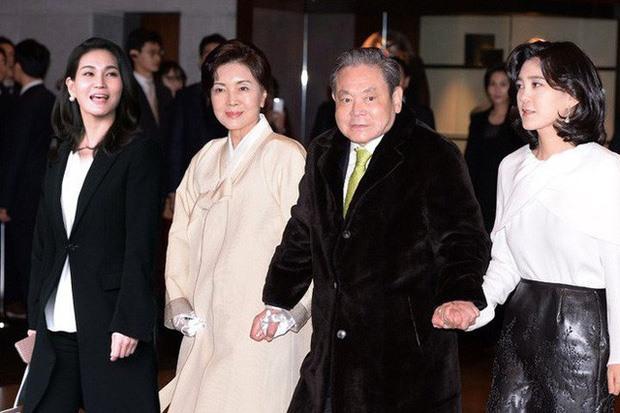 Cố chủ tịch Samsung Lee Kun-Hee cùng vợ (giữa) và hai con gái Lee Boo-jin (phải) và Lee Seo-hyun. Ảnh: Yonhap.