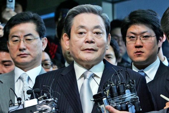 [Dù là lãnh đạo xuất sắc của Samsung và là một trong những doanh nhân có sức ảnh hưởng nhất Hàn Quốc nhưng Lee Kun-Hee cũng dính phải nhiều scandal. Ông Lee từng ngồi tù năm 1996 vì cáo buộc hối lộ 2 cựu tổng thống Hàn Quốc là Chun Doo-hwan và Roh Tae-woo. Sau đó, ông được ân xá bởi tổng thống Kim Young-sam vào năm 1997. Ảnh: AP.
