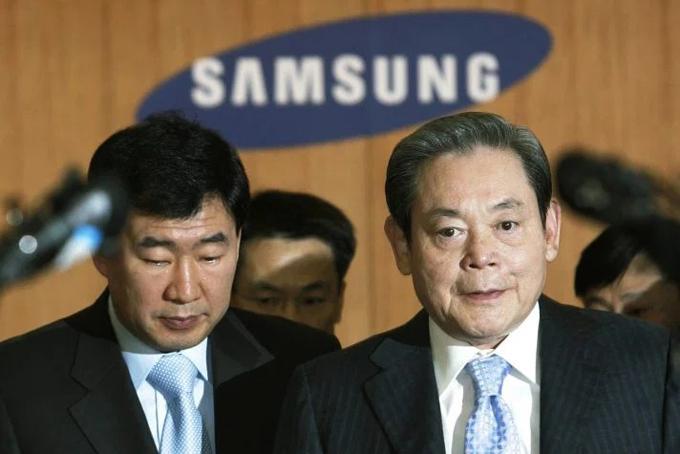 Sau khi nhà sáng lập Lee Byung-chul qua đời vào năm 1987, con trai thứ ba là cố chủ tịch Samsung Lee Kun-Hee, người vừa qua đời hôm 25/10 tiếp quản quyền điều hành. Thời điểm đó, Samsung chỉ là một doanh nghiệp nội địa Hàn Quốc nhỏ bé nổi tiếng với việc sản xuất đồ điện giá rẻ. Ông Lee Kun Hee chính là người đã đưa Samsung vươn lên trên lĩnh vực công nghệ. Vào đầu thập niên 1990, Samsung đã vượt qua các đối thủ Nhật Bản và Mỹ để trở thành người dẫn đầu trong lĩnh vực chip nhớ. Dưới thời ông Lee Kun-Hee, Samsung cũng thống trị thị trường màn hình phẳng và sau đó chinh phục thị trường điện thoại thông minh lớn nhất thế giới. Ảnh: Reuters.