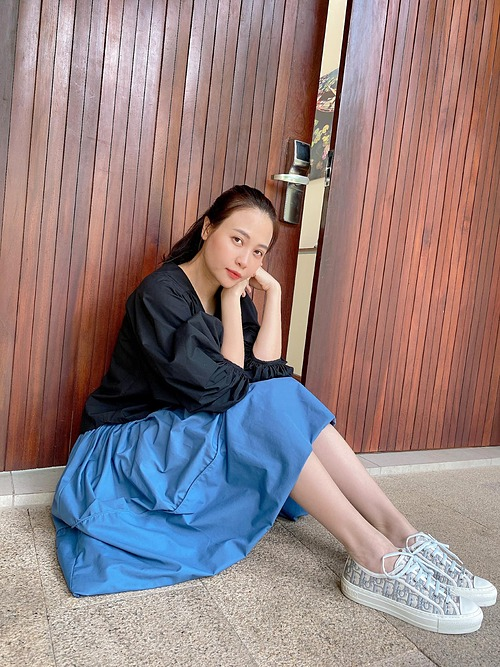 Bên ngoài dịu dàng, nhẹ nhàng bên trong, Đàm Thu Trang hài hước bình luận về bức ảnh của mình. Người đẹp xứ Lạng được khen nhanh về dáng và ngày càng xinh đẹp dù mới sinh con được hơn 2 tháng.