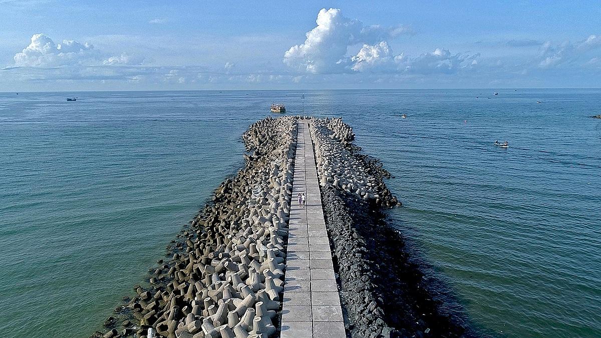 Bờ kè chắn sóng tại cảng Bình Châu