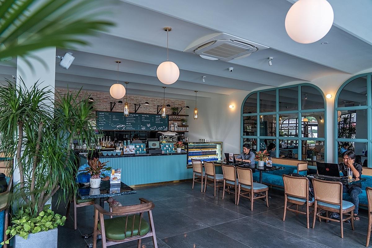 Không gian Saigon Casa Café ghi điểm với màu xanh pastel chủ đạo cùng đường lối thiết kế vừa hiện đại vừa hoài cổ về một Sài Gòn xưa. Ảnh: Nova.