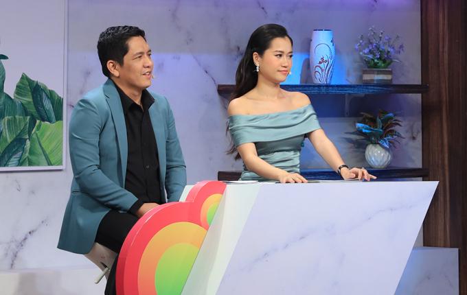 Đức Thịnh cùng Lâm Vỹ Dạ cầm trịch cuộc trò chuyện với hai cặp đôi chị em đang được nhiều khán giả quan tâm.