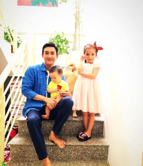 Sau khi em trai mất, Hứa Vĩ Văn thay em trai nuôi dạy hai con.